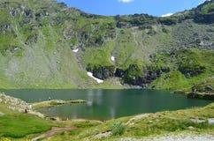 湖和山 免版税图库摄影