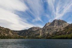 湖和山 库存图片