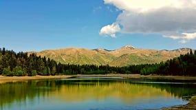 湖和山 免版税库存图片