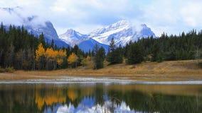 湖和山Timelapse在前浆手谷省公园,加拿大4K 影视素材