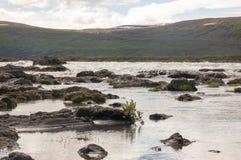 湖和岩石 免版税库存图片