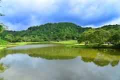 湖和庭院有蓝天的 免版税库存图片