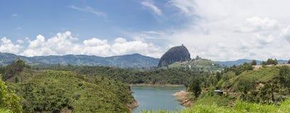 湖和彼德拉在Guatape的el Penol在安蒂奥基亚省,哥伦比亚 免版税库存照片