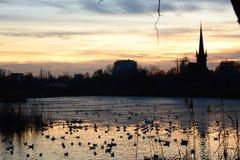 湖和日落 免版税库存照片