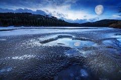 冻湖和月亮 免版税库存照片
