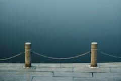 湖和栏杆 免版税库存图片
