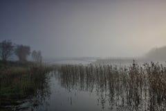 湖和桥梁在雾 库存照片
