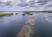 湖和森林在春天 在视图之上 Pogoria IV 库存照片