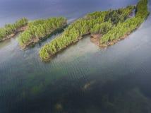 湖和森林在春天 在视图之上 Pogoria IV 库存图片