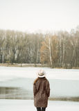湖和森林的美丽的女孩 库存照片