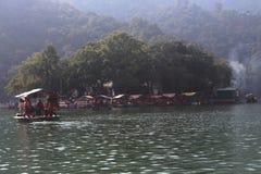 湖和森林 免版税库存照片