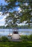 湖和植被的看法与两条小船在d停泊了 库存照片