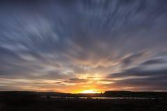 湖和模糊的云彩的美好的风景 库存照片