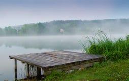 湖和清早雾 库存照片