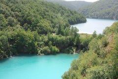 湖和瀑布 免版税库存照片