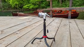 湖和现代照相机射击户外摄影 库存图片