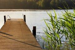 湖和码头在夏天早晨 免版税库存照片