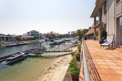 湖和码头在现代澳大利亚豪宅后 库存图片