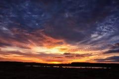 湖和红色紫色云彩的美好的风景 免版税库存图片