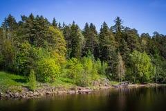 湖和老小船的岸 库存照片