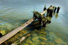 湖和老被毁坏的跳船 免版税库存照片