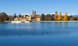湖和船库在秋天 免版税库存照片