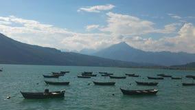 湖和船 免版税库存照片