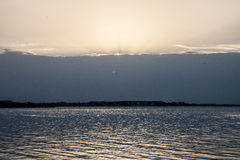 湖和落日 免版税库存图片