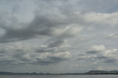 湖和蓝天与浅灰色的云彩,软的焦点 免版税库存照片