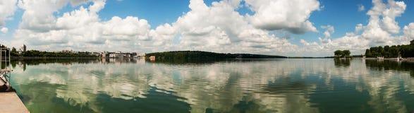 湖和蓝天的全景与云彩 免版税库存图片