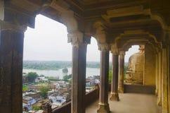 湖和达蒂亚市美丽的景色从达蒂亚宫殿 亦称Bir辛哈宫殿或Bir辛哈Dev宫殿 达蒂亚 Madhya 免版税库存图片