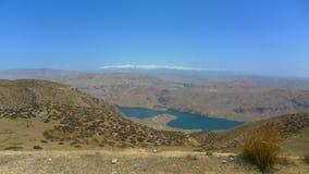 湖和高原在蓝天下 库存图片