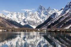 湖和高山在晴天,旅行和远足 免版税库存照片