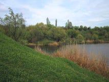 湖和绿色岸和山坡 图库摄影