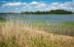 湖和cloudscape 免版税库存图片