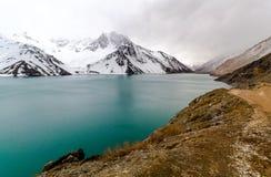 湖和moutains与雪 库存图片
