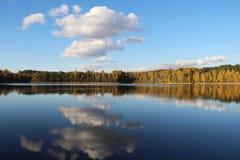 湖在一个令人愉快的秋天森林里晴天 与反射的秋天树 俄国 免版税库存照片