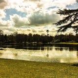 湖在一个多云春天早晨 免版税图库摄影