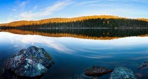 湖在一个森林里在秋天在拉普兰 免版税图库摄影