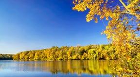 湖在一秋天天 库存图片