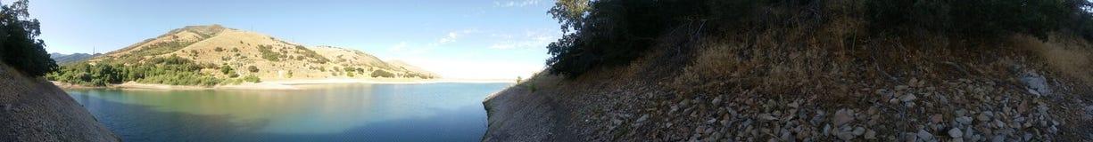 湖在一镇静温暖的天 库存照片