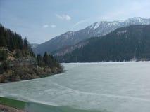 湖在与山的夏天 免版税库存照片