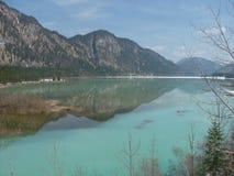 湖在与山的夏天 免版税图库摄影