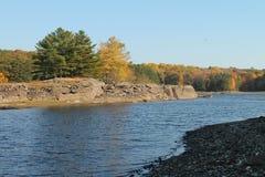 湖在与颜色的秋天 免版税库存照片