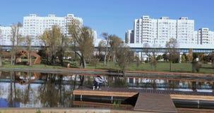 湖在公园和渔夫 股票视频