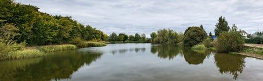 湖在公园在秋天 免版税库存照片