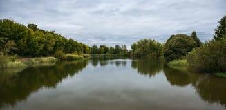 湖在公园在秋天 库存图片