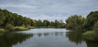湖在公园在秋天 库存照片