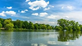 湖在城市公园 股票录像