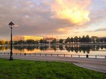 湖在城市的中心 免版税库存照片